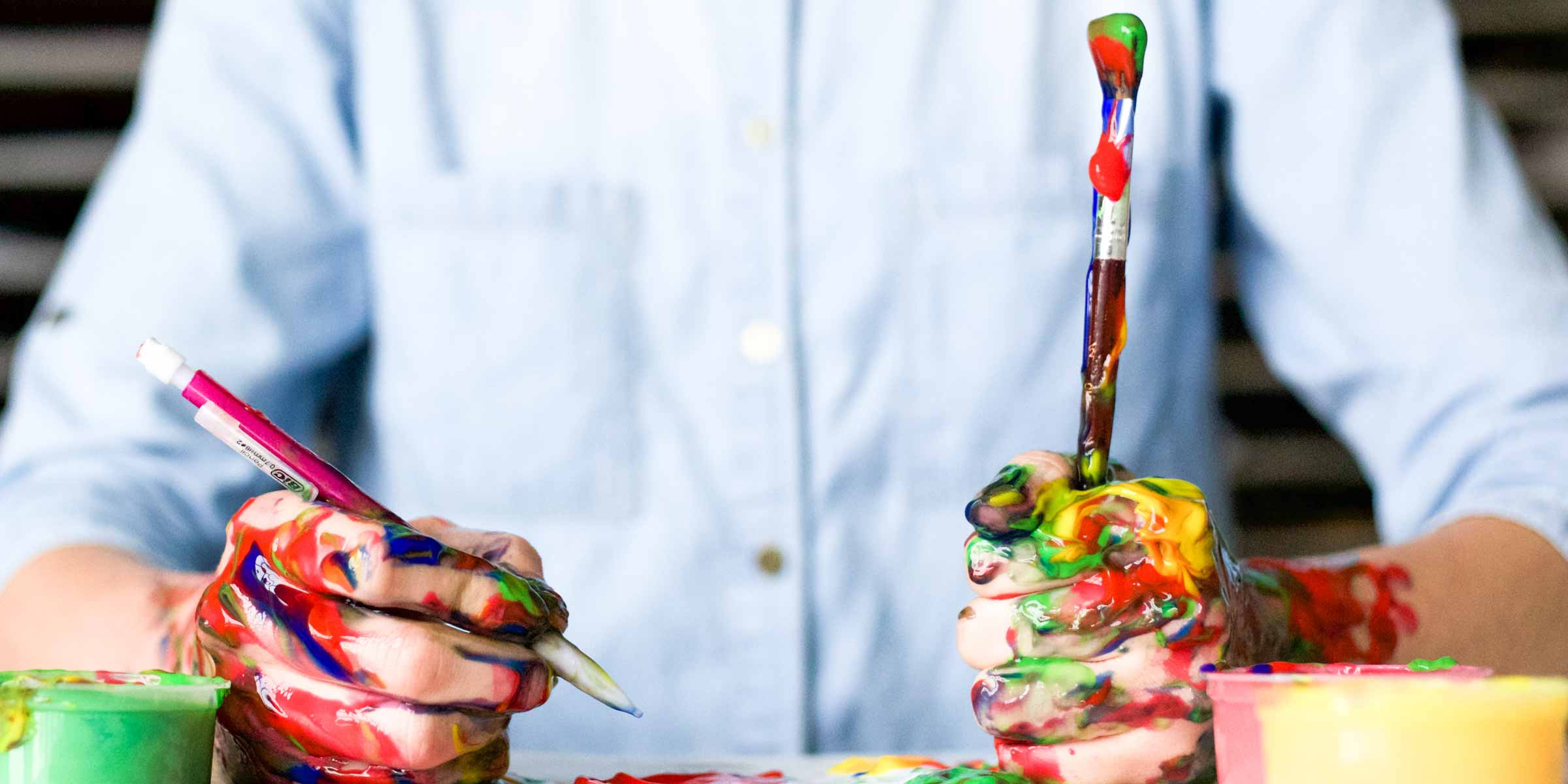 mani colorate che disegnano