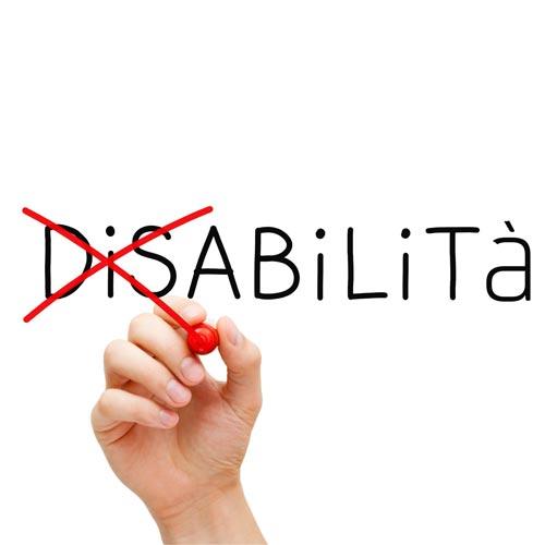 """mano che disegna croce per eliminare """"dis"""" sulla parola disabilità"""
